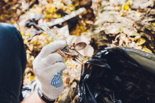 Il volontario pulisce la spazzatura in un parco