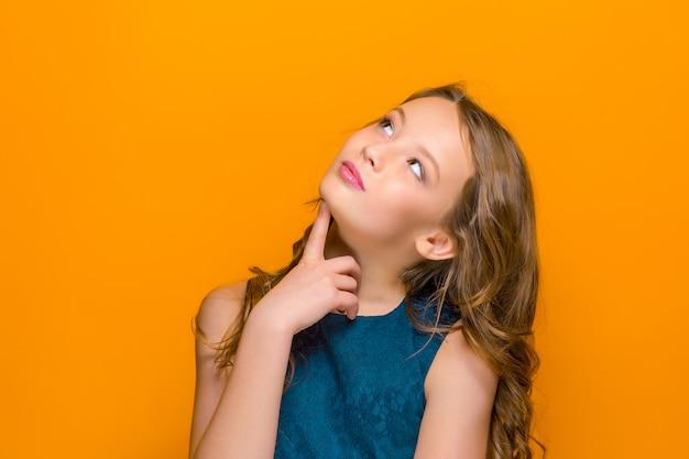 Il volto di una ragazza adolescente felice