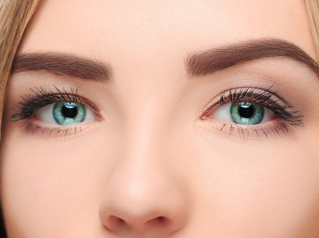 Il volto smarrito di una bella ragazza con bellissimi grandi occhi blu