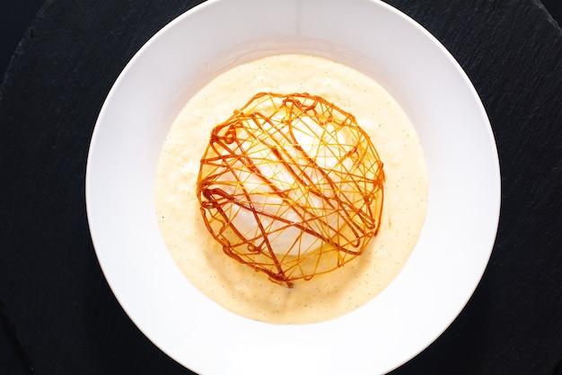 Ile flottante isola galleggiante dessert francese orignal, meringa galleggiante