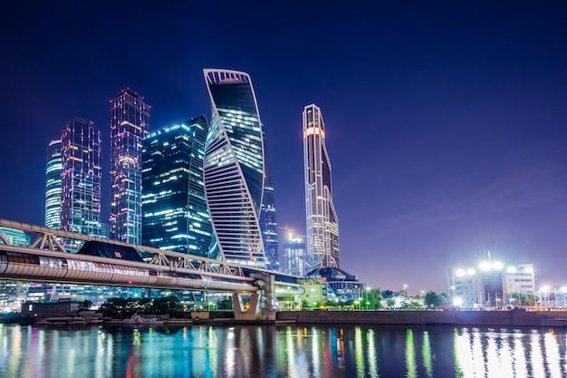 Illuminazione notturna della città di mosca