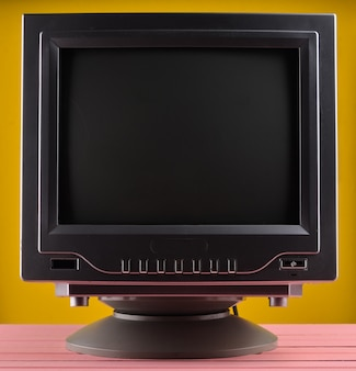 Illuminazione scura di un televisore retrò