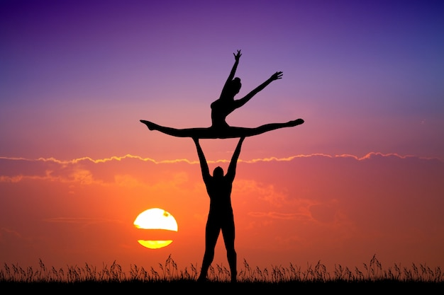 Illustrazione delle coppie che ballano al tramonto