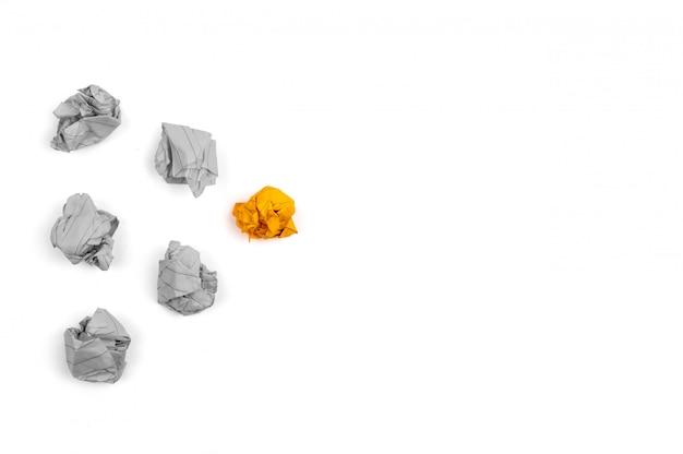 Illustrazione di leadership sei fogli di carta grigi e arancioni accartocciati e spiegazzati