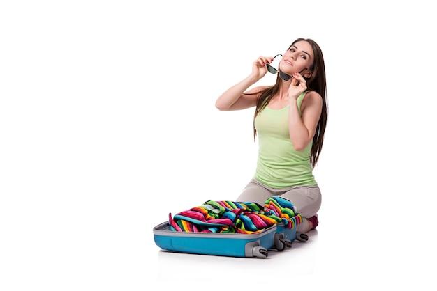 Imballaggio della donna che prepara per le vacanze estive isolate su bianco