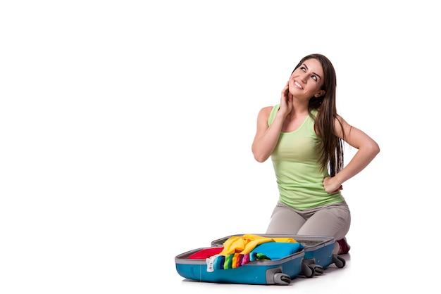 Imballaggio della donna che prepara per le vacanze estive isolate