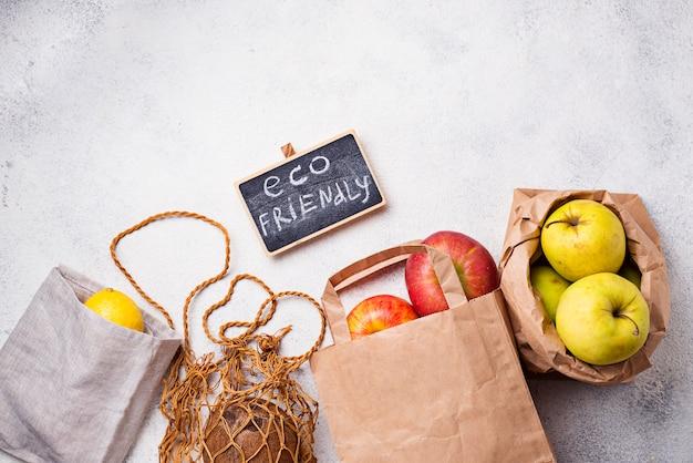 Imballaggio ecologico. sacchetti di carta e di cotone