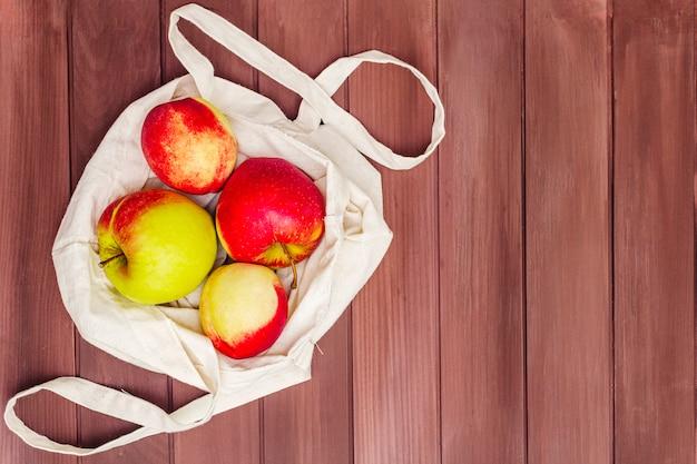 Imballaggio ecologico, zero sprechi per acquisti gratuiti di plastica. frutta fresca in sacchetto di tessuto