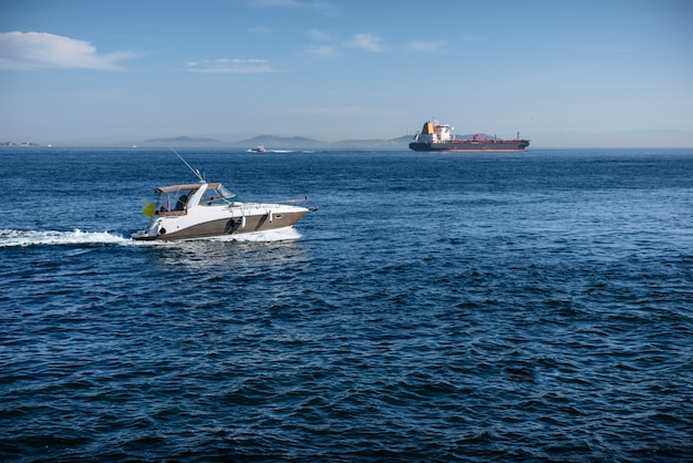 Imbarcazione a motore e un'autocisterna del carico nel mar nero