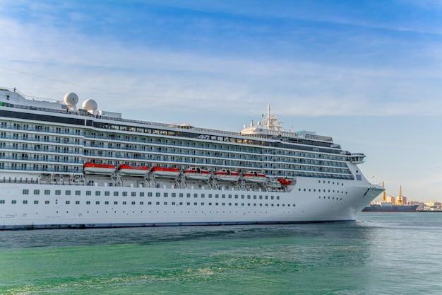 Imbarcazione da crociera costa mediterranea