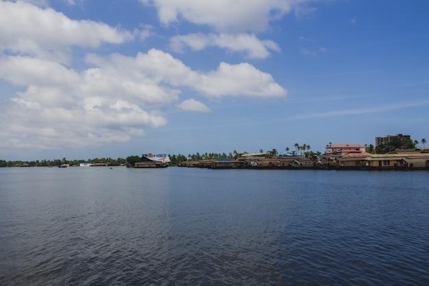 Imbarcazioni di casa sul bordo del fiume