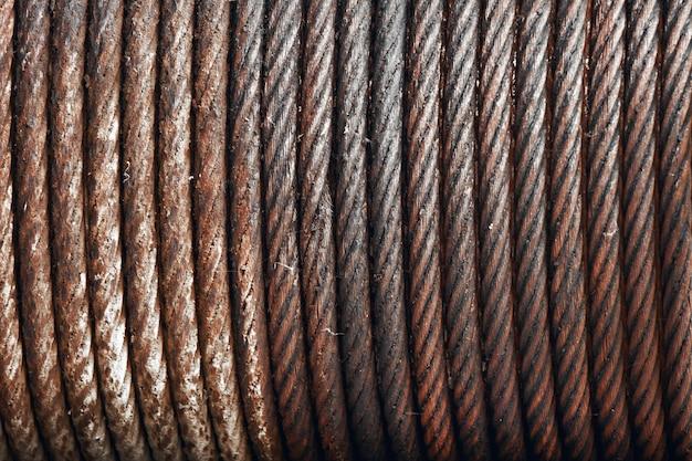 Imbracatura di fune metallica o imbracatura di cavo sul tamburo della bobina della gru o rotolo dell'argano della gru la macchina di sollevamento nell'industria pesante