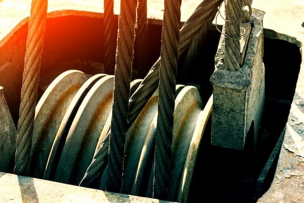 Imbragatura a fune o imbracatura a fune sul tamburo di una gru a tamburo o argano a rullo di una gru nell'industria pesante.