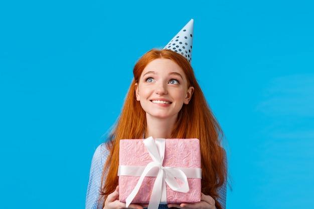 Immaginazione allegra della donna vaga che cosa è dentro la scatola di compleanno. glamour rossa carina r