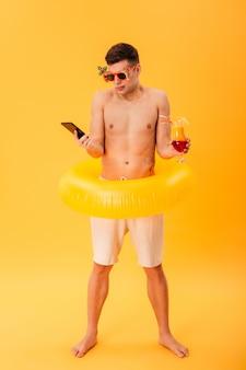 Immagine a figura intera di uomo nudo confuso in pantaloncini e occhiali da sole