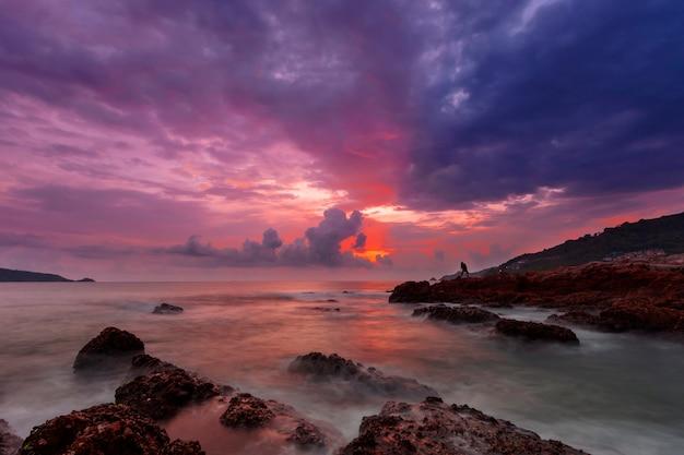 Immagine a lunga esposizione del cielo drammatico