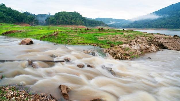 Immagine a lunga esposizione di acqua nel fiume