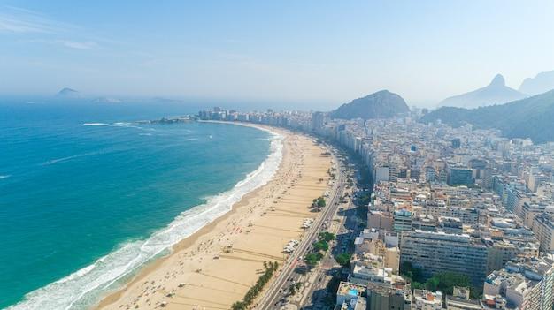 Immagine aerea della spiaggia di copacabana a rio de janeiro. brasile.