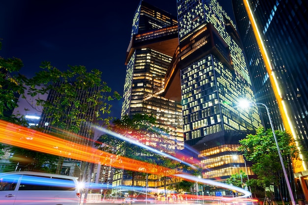 Immagine astratta di sfocatura movimento di auto sulla strada della città di notte