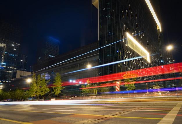 Immagine astratta di sfocatura movimento di automobili sulla strada di città di notte