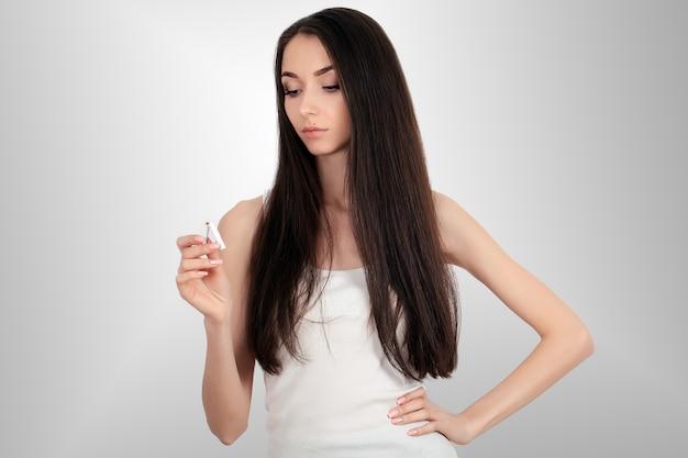 Immagine composita della sigaretta di schiocco sorridente della donna a metà