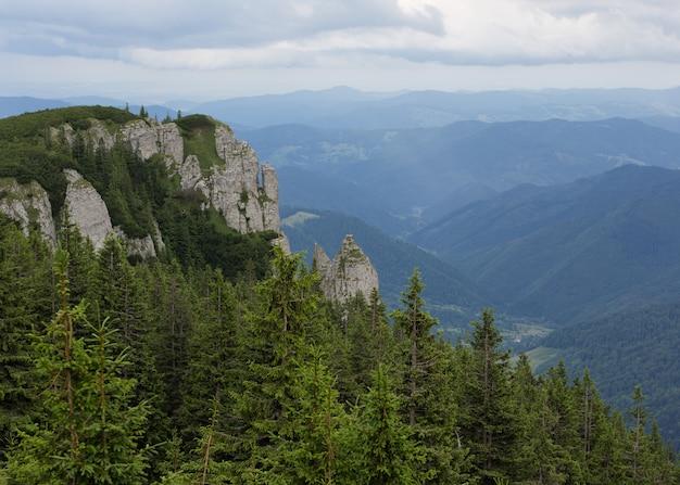 Immagine con. paesaggio dalla cima delle montagne dei carpazi