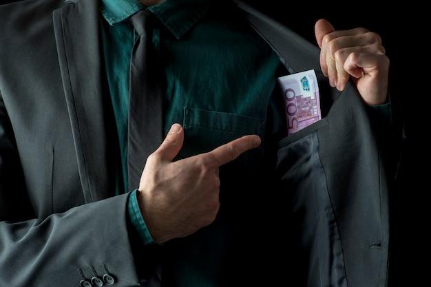 Immagine concettuale dell'uomo d'affari che mostra soldi