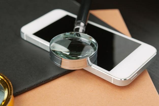 Immagine concettuale raffigurante lo svolgimento di una ricerca online di informazioni con una lente d'ingrandimento