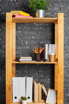 Immagine del bordo di legno con i documenti in ufficio