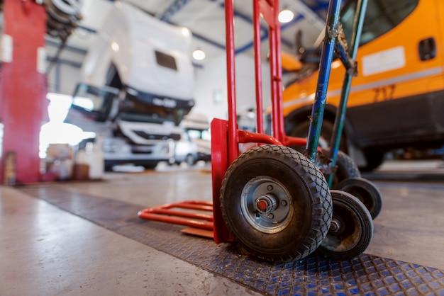 Immagine del carrello elevatore a mano manuale nell'officina dell'automobile.