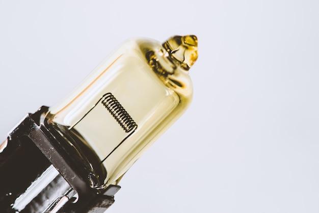 Immagine del dettaglio della lampadina gialla del fascio anabbagliante con la fine del filamento su con lo spazio della copia.