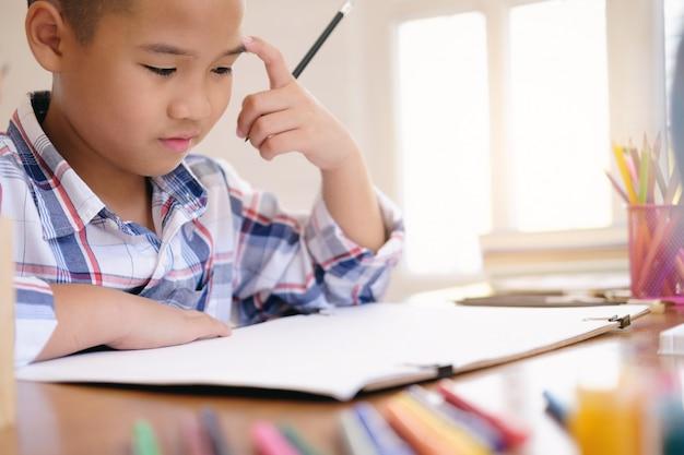 Immagine del disegno del ragazzo del bambino a casa.
