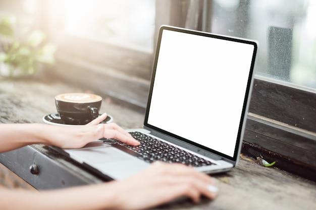 Immagine del modello della donna di affari che usando e che scrive sul computer portatile con lo schermo bianco in bianco