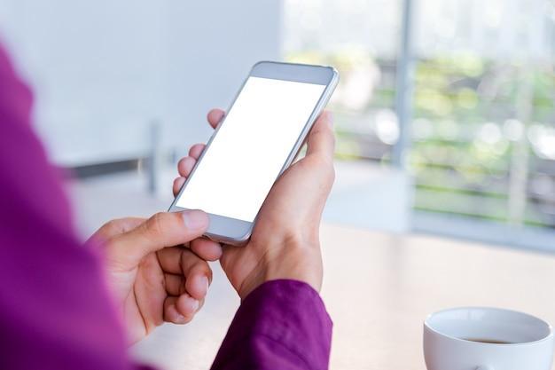 Immagine del modello delle mani dell'uomo che tiene telefono cellulare bianco con tecnologia dello schermo in bianco