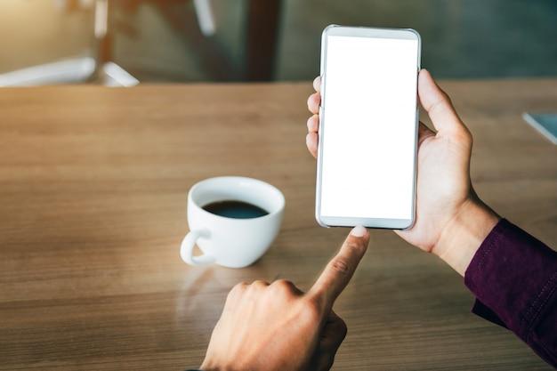 Immagine del modello delle mani dell'uomo che tiene telefono cellulare bianco con tecnologia dello schermo in bianco.