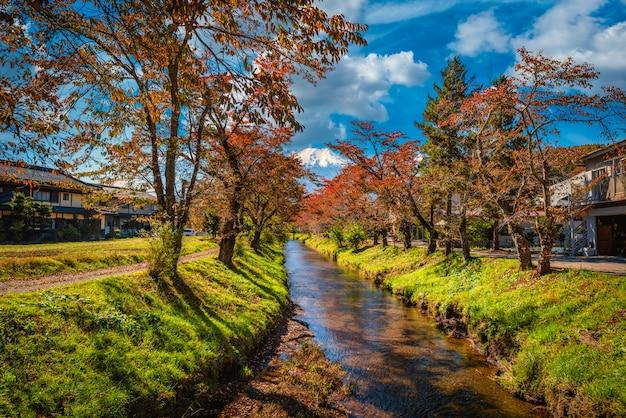 Immagine del paesaggio del monte. fuji sul canale con fogliame autunnale di giorno nel distretto di minamitsuru, prefettura di yamanashi, giappone.