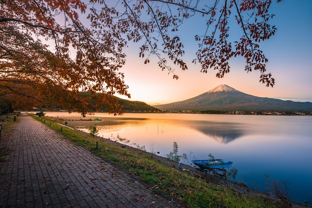 Immagine del paesaggio del monte. fuji sul lago kawaguchiko all'alba a fujikawaguchiko, giappone.