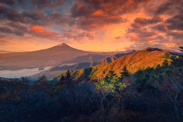 Immagine del paesaggio del monte. fuji sul lago kawaguchiko con fogliame autunnale ad alba a fujikawaguchiko, giappone.
