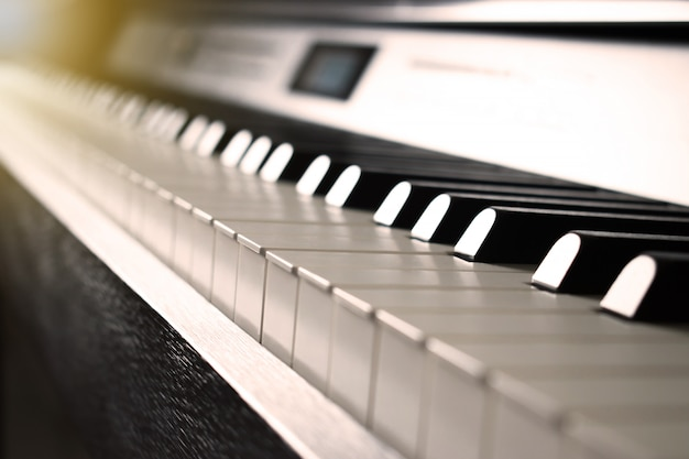 Immagine del pianoforte con tonalità seppia.