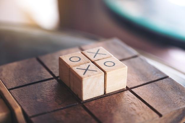 Immagine del primo piano del gioco di legno di tic tac toe o del gioco di ox in una scatola
