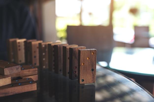 Immagine del primo piano della regolazione di legno del gioco di domino sulla tavola