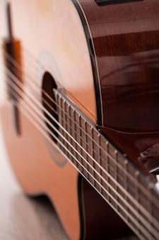 Immagine del primo piano della tastiera della chitarra