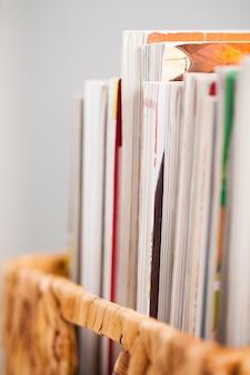 Immagine del primo piano delle riviste in una scatola