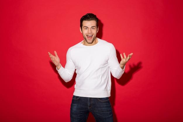 Immagine dell'uomo allegro sorpreso nello sguardo del maglione