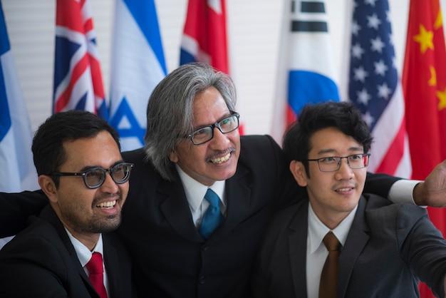 Immagine della conferenza stampa sulla cooperazione internazionale di leader e uomini d'affari