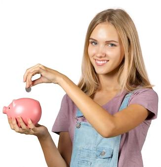 Immagine della donna adorabile con il porcellino salvadanaio