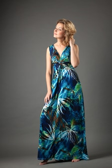 Immagine della donna adorabile in vestito lungo