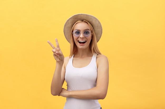 Immagine della donna caucasica allegra che indossa sorridere casuale dell'abbigliamento