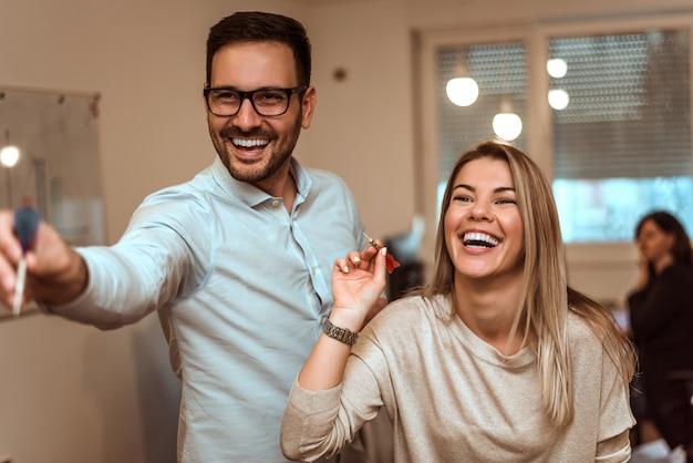 Immagine della gente di affari divertendosi nell'ufficio.
