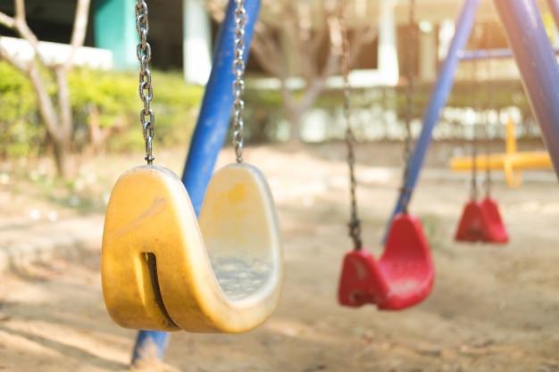 Immagine della moderna catena di plastica oscillante nel parco giochi